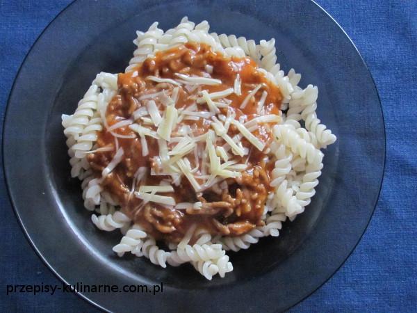 Makaron z sosem bolońskim (bolognese)