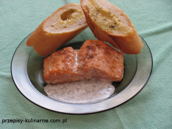 Łatwy łosoś z patelni z bazyliowym sosem