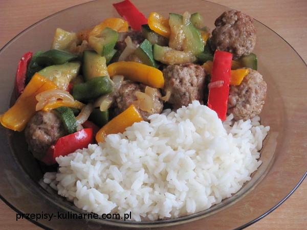 Ryż z pulpetami i warzywami