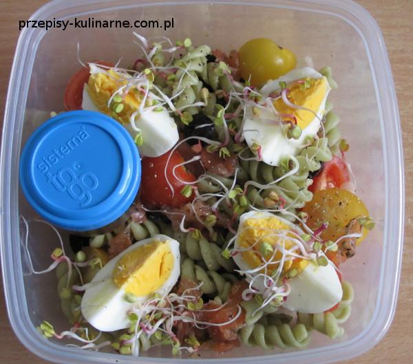 salatka z makaronem i lososiem