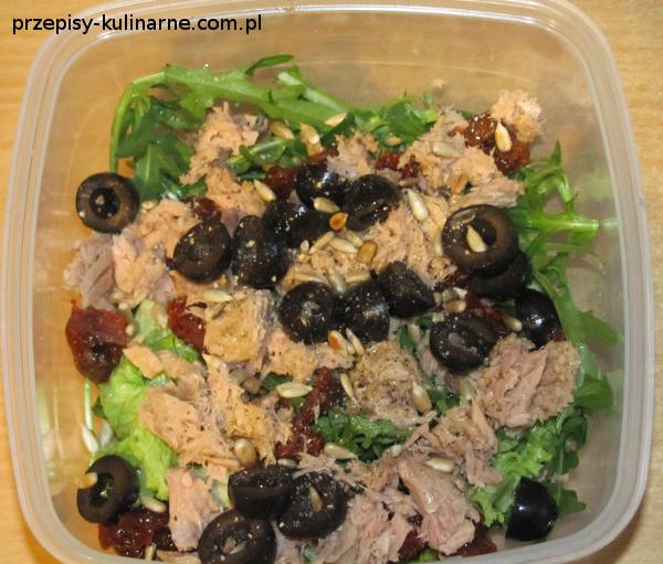 salatka z tunczykiem i suszonymi pomidorami