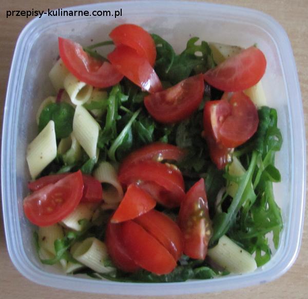 salatka makaronowa z pomidorami