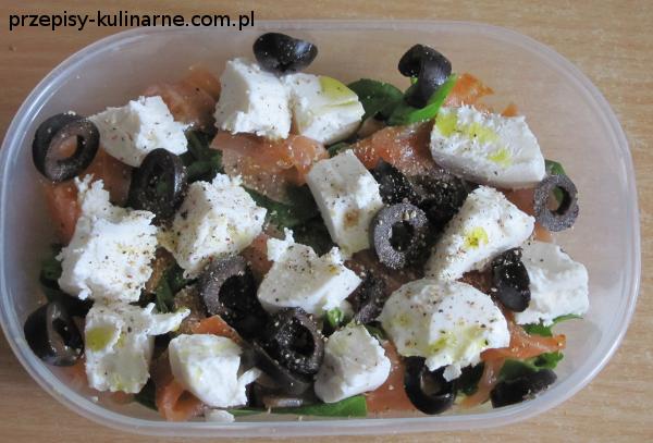 salatka z lososiem i serem kozim