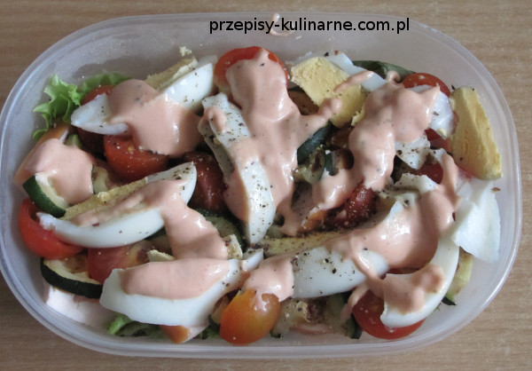 Sałatka z grillowaną cukinią i jajkiem