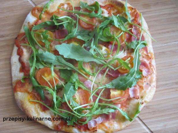 Pizza z boczkiem, pomidorkami i rukolą